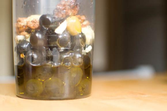 orzechy, oliwki czosnek gotowe do zmiksowania