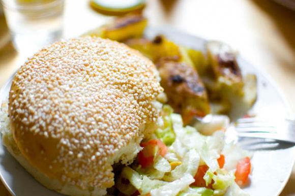 Cheeseburger z sałatką