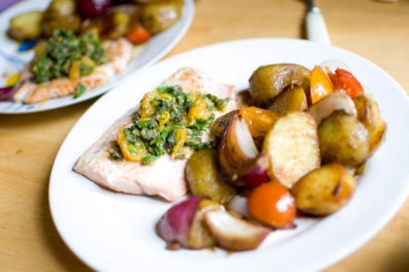 Łosoś z zapiekanymi ziemniakami, czerwoną cebulą i cytrusową salsą verde