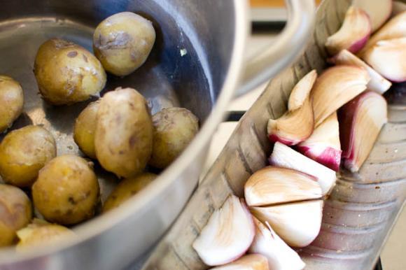 Gotowane ziemniaki i czerwona cebula gotowe do pieczenia