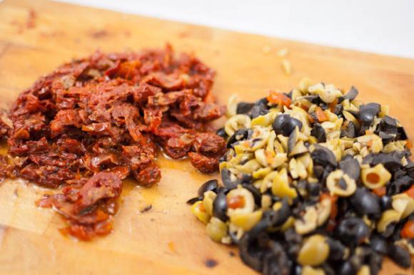 Pokrojone oliwki i suszone pomidory