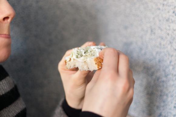 nadgryziona cieszyńska kanapka ze śledziem