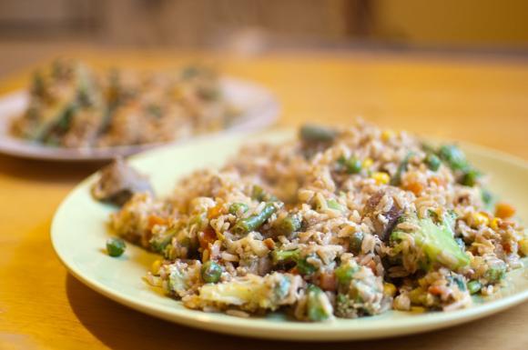 Indyk z ryżem prażonym i warzywami