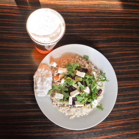 Pęczak z warzywami i orzeźwiającym sosem