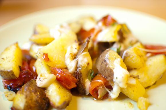 zapiekanka z ziemniaków, pomidorów i mozzarelli