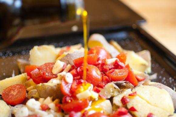 ziemniaki i pomidory polewane oliwą