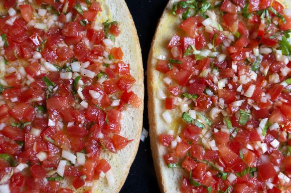 bruschetta z pomidorami, cebulą i czosnkiem