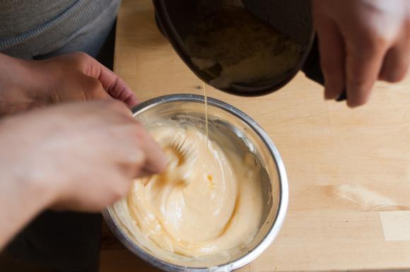 dodawanie masła do ubitych jajek