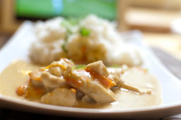 Kurczak w sosie satay z mleczkiem kokosowym