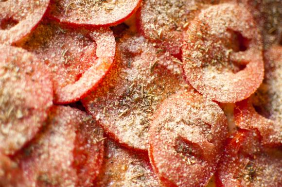 pomidory z ziołami posypane bułką tartą