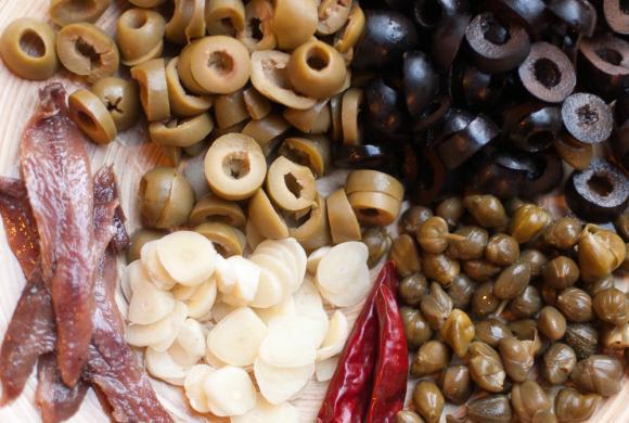 składniki do zrobienia sosu puttanesca