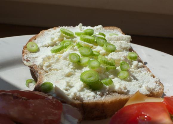 kanapka z domowym białym serem i szczypiorkiem