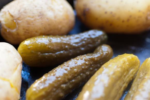 ogórki małosolne i gotowane ziemniaki