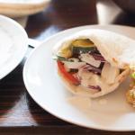 Jak wypełniać pity? Pita z  warzywami, fetą i sosem oliwkowym