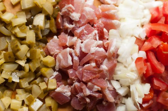 posiekane składniki na sos z kurek
