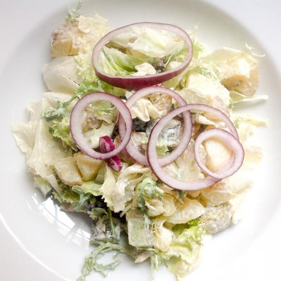 Sałatka z ogórkiem małosolnym, ziemniakami, oliwkami i fetą