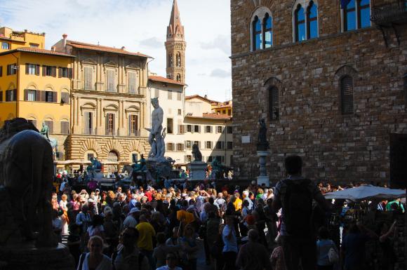 Tłum turystów na Piazza della Signora