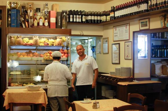 Młodszy kucharz w Da Stefano kokietuje uśmiechem