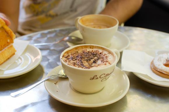 Cappuccino i coś słodkiego w pizańskiej dzielnicy studenckiej