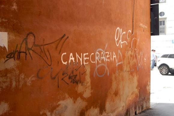 Jako studenckie miasto umysłowego fermentu Piza obfituje w rozmaite deklaracje na murach