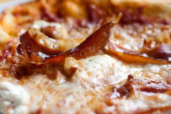 Pizza ze speckiem i mascarpone