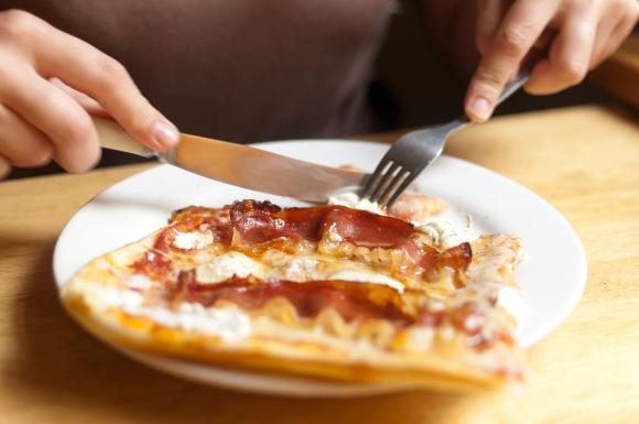 Pizza ze speckiem i mascarpone na talerzu