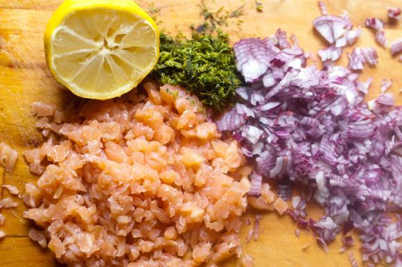 pokrojone składniki na tatara z łososia