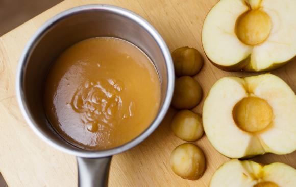 sos karmelowy z wydrążonymi jabłkami