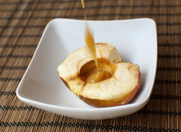 wlewanie sosu karmelowego do jabłka