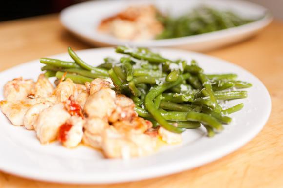 Kurczak na serowo–ostro z fasolką szparagową