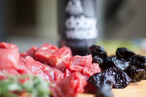 mięso wołowe na gulasz i suszone śliwki