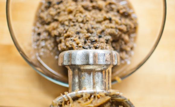 mielenie kapusty i grzybów na farsz