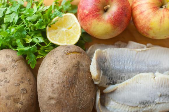 śledzie, ziemniaki, jabłka