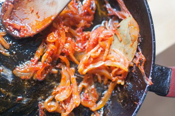 smażona cebula w pomidorach