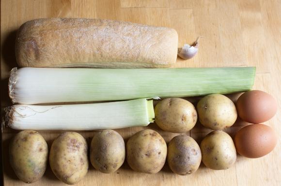składniki na Krem porowo–ziemniaczany z cheddarem i chorizo