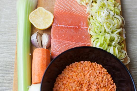 składniki na pieczonego łososia z soczewicą i sosem porowo–cytrynowym