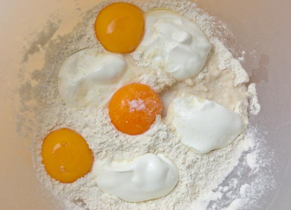 żółtka, mąka, śmietana