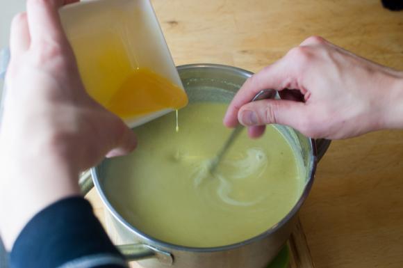 żółtko i śmietana dodawana do kremu z brukselki