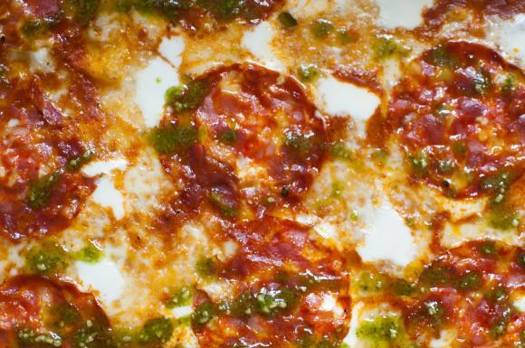 Pizza z ostrym salami i mascarpone