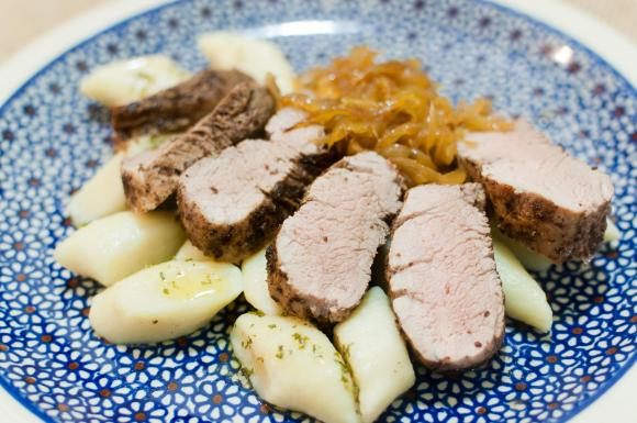 polędwiczka wieprzowa z sumakiem i konfiturą z cebuli
