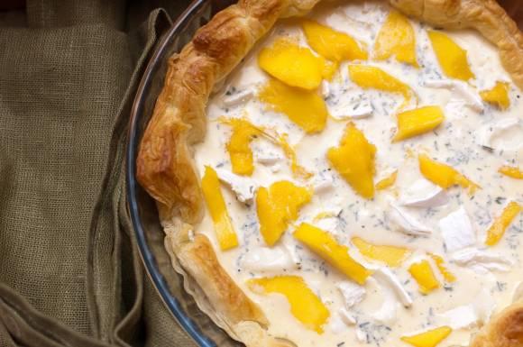 Tarta z mango i kozim serem przed upieczeniem