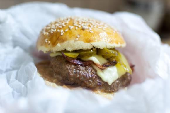 cheeseburger z ogórkiem kiszonym