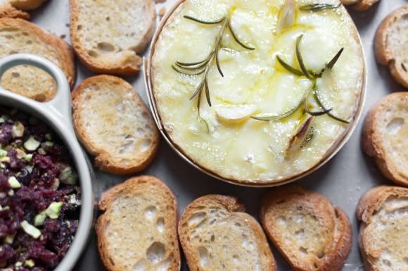 camembert-pieczony z żurawiną i orzechami