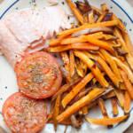 Pieczony łosoś z batatami i pomidorem, czyli co zawodowi gastronauci jedzą w weekend?