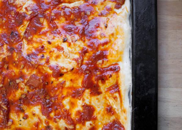 pizza ze szpinakiem, jajkiem i speckiem