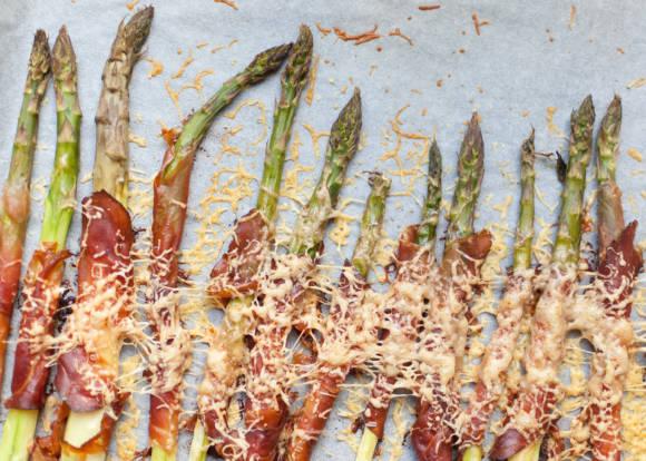 pieczone szparagi zawijane w szynce dojrzewającej